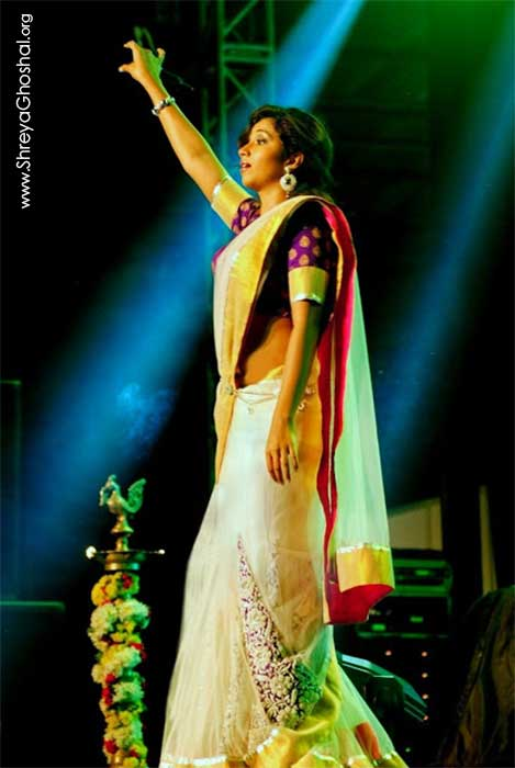shreya ghoshal in white saree at Bangalore Concert