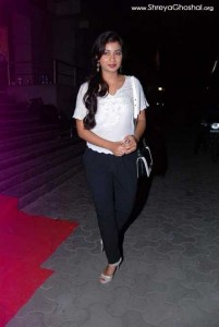 shreya ghoshal wearing jeans